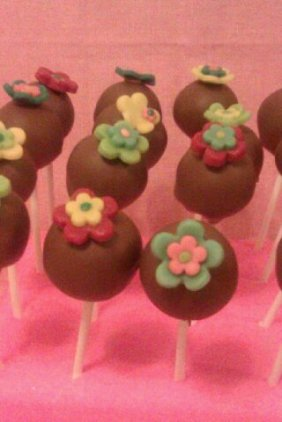 chocolate-cake-pop-with-funky-flower-close-up